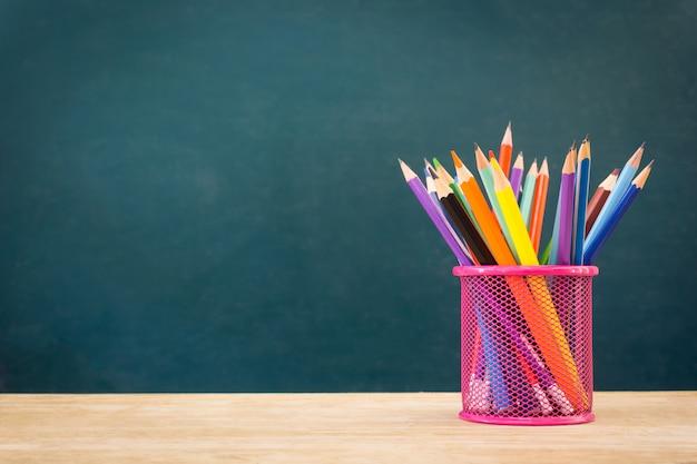 Bleistifte auf grünem hintergrund