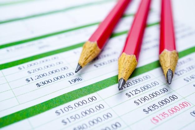 Bleistifte auf tabellenkalkulationspapier finanzentwicklung, konto, statistik investition ana