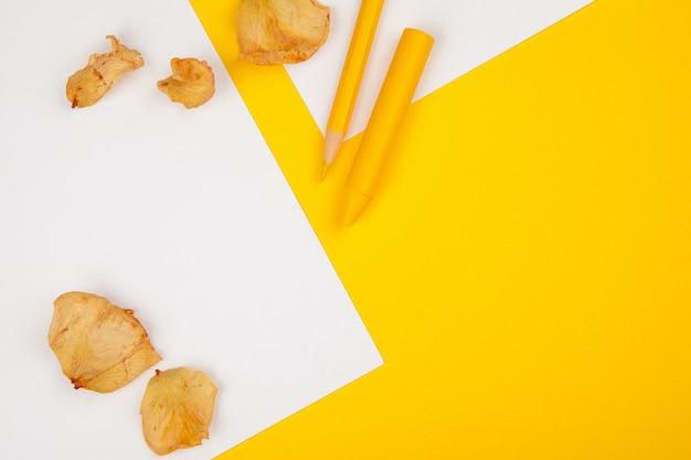 Bleistifte, bleistiftschnitte und leeres papier auf einer schreibtischtabelle