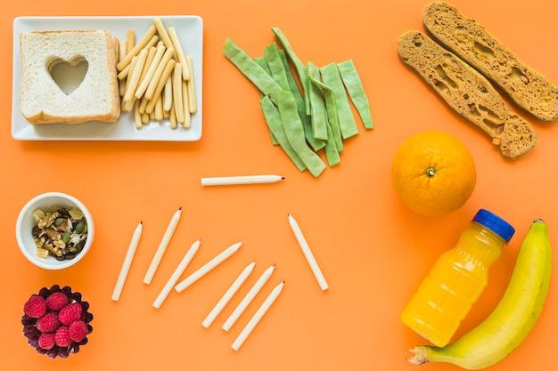 Bleistifte, die nahe gesundem lebensmittel liegen