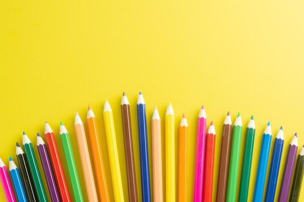 Bleistifte farbe auf gelbem papierhintergrund.