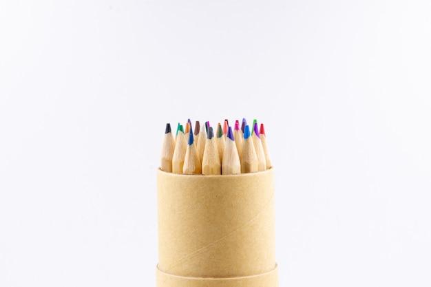 Bleistifte farbstifte auf weißem hintergrund