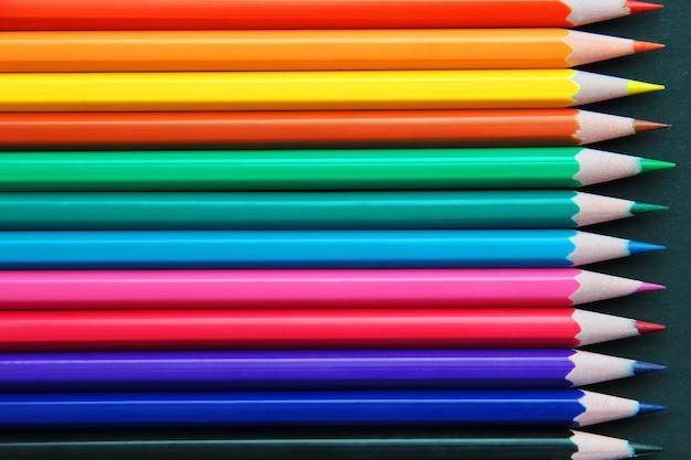 Bleistifte in verschiedenen farben hautnah isoliert auf schwarz