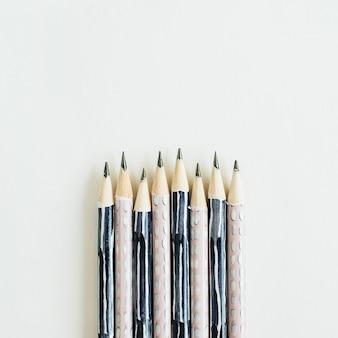 Bleistifte isoliert auf weißer oberfläche Premium Fotos