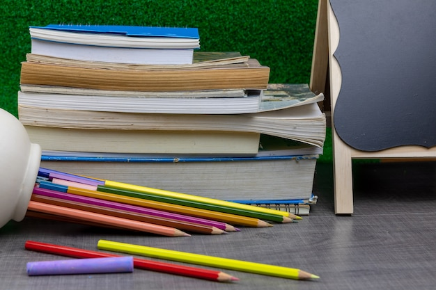 Bleistifte, notizbücher, radiergummis, lineale, bücher auf dem tisch das konzept zurück zur schule