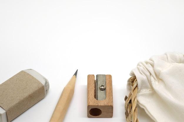 Bleistifte, radiergummis, bleistiftspitzer und stofftasche