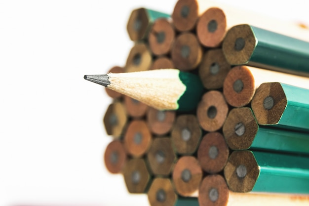Bleistifte sind ein instrument zum schreiben oder zeichnen, das aus einem dünnen stift aus graphit oder einer ähnlichen substanz besteht, der in einem langen dünnen stück holz eingeschlossen oder in einem metall- oder kunststoffgehäuse befestigt ist.