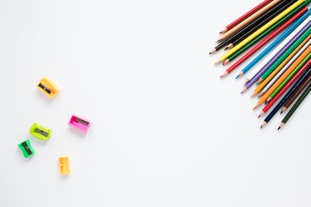 Bleistifte und bleistiftspitzer auf weißem hintergrund