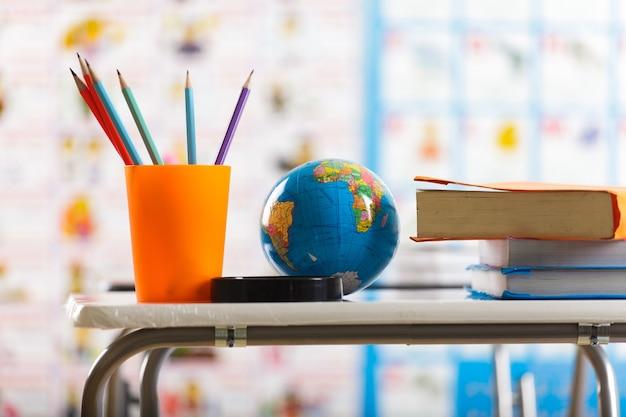 Bleistifte und buch auf dem tisch