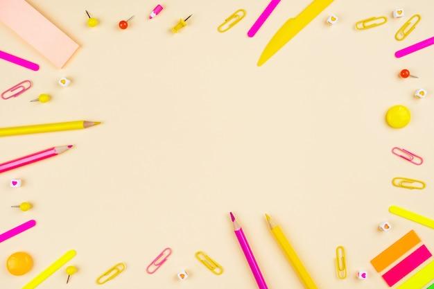 Bleistifte und büroklammern auf gelb