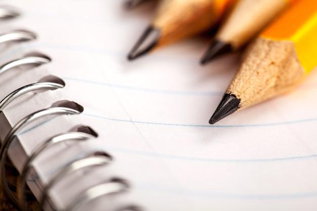 Bleistifte und ein notizbuch aus nächster nähe
