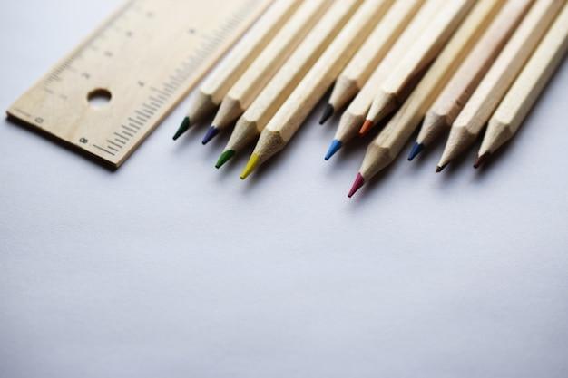 Bleistifte und machthaber auf weißer tabelle
