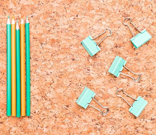 Bleistifte und mappenclips auf schreibtisch