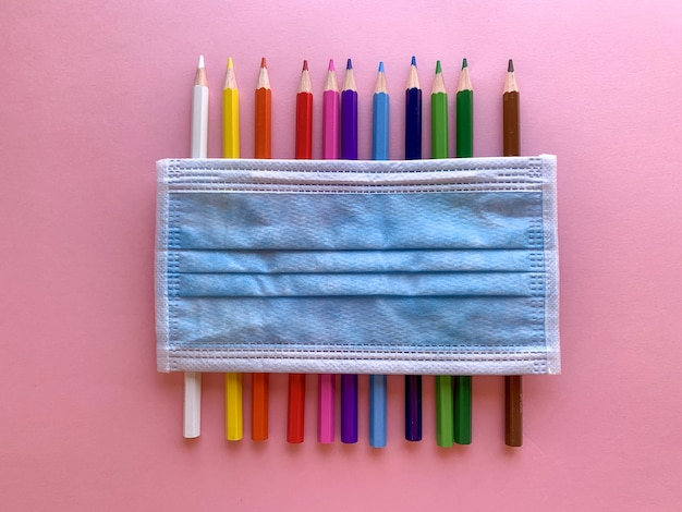 Bleistifte und maske