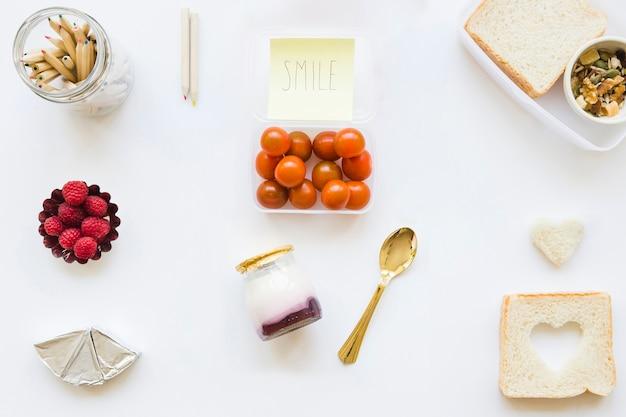 Bleistifte und nette anmerkung nahe gesundem lebensmittel