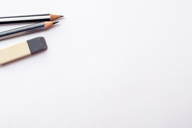 Bleistifte und radiergummi auf weißem hintergrund