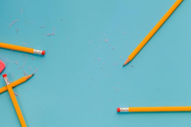 Bleistifte und radiergummis auf blau