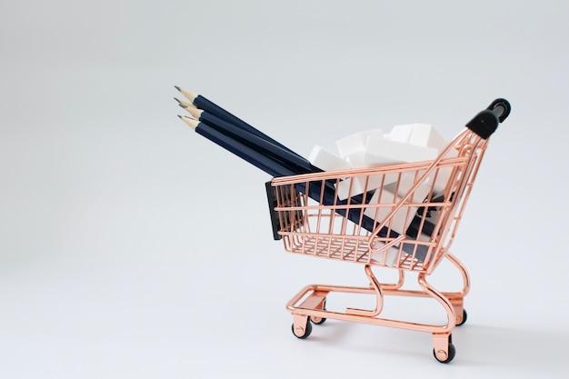 Bleistifte und radiergummis im einkaufswagen