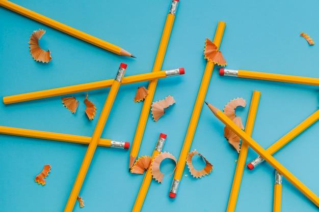 Bleistifte und rasierer auf blau