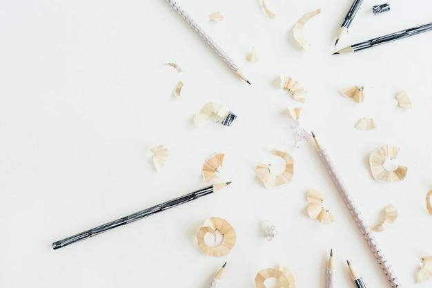 Bleistifte und späne auf weißer oberfläche