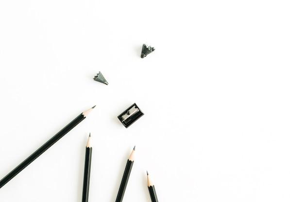 Bleistifte und spitzer auf weißer oberfläche