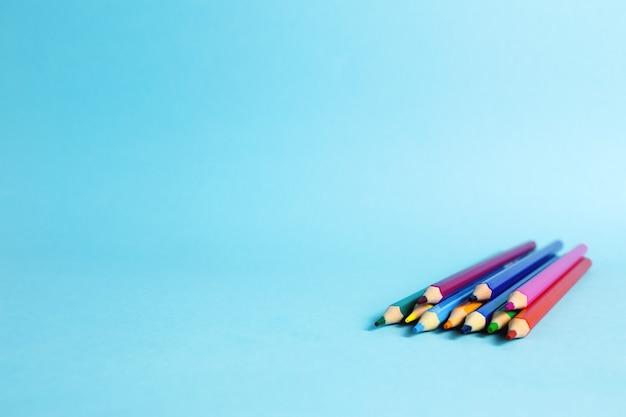 Bleistifte unterschiedlicher farbe auf dem blauen hintergrund. hochwertiges foto