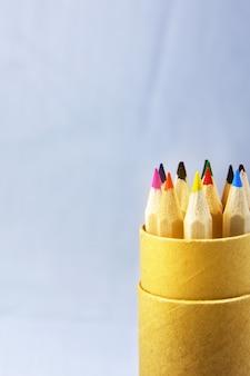Bleistiftfarbe im kasten auf hellblauem hintergrund