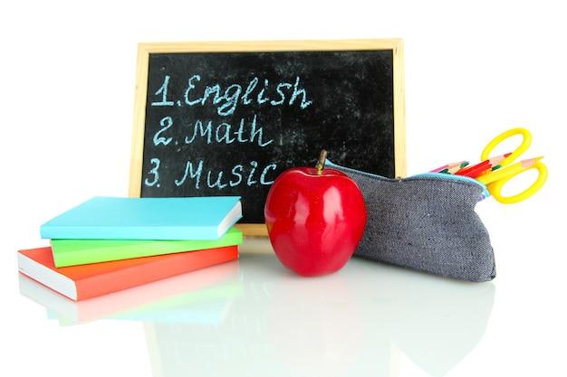 Bleistiftkasten mit schulausstattung und stundenplan isoliert auf weiß