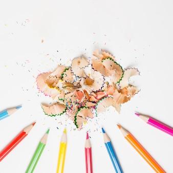 Bleistiftschnitzel auf weißer hintergrundebenenlage