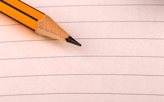 Bleistiftspitze auf liniertem papier