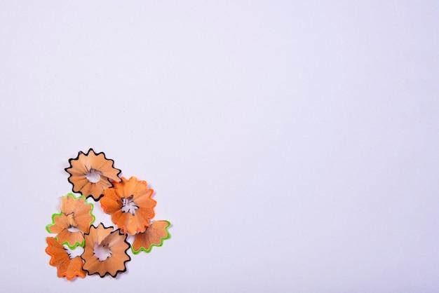 Bleistiftspitzer abfall auf weißem hintergrund