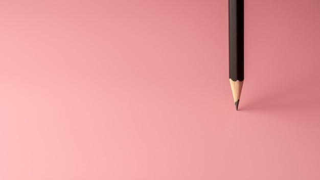Bleistiftstand auf rosa papierhintergrund