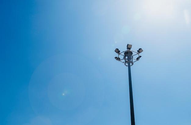 Blendenfleckeffekt, abschluss herauf telefonmast und blauen hintergrund