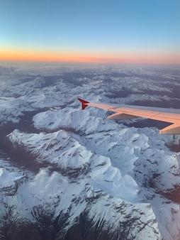 Blick auf alpenberge in frankreich bei sonnenuntergang