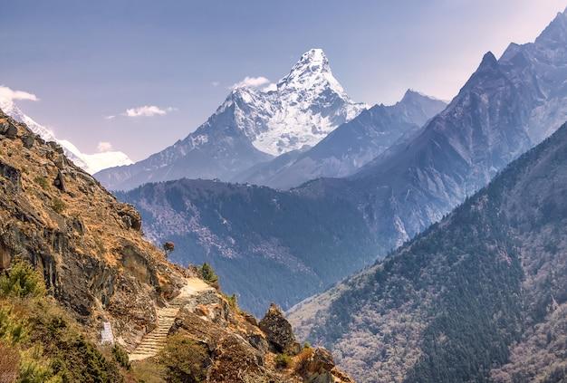 Blick auf ama dablam auf dem weg zum everest base camp, nepal, himalaya