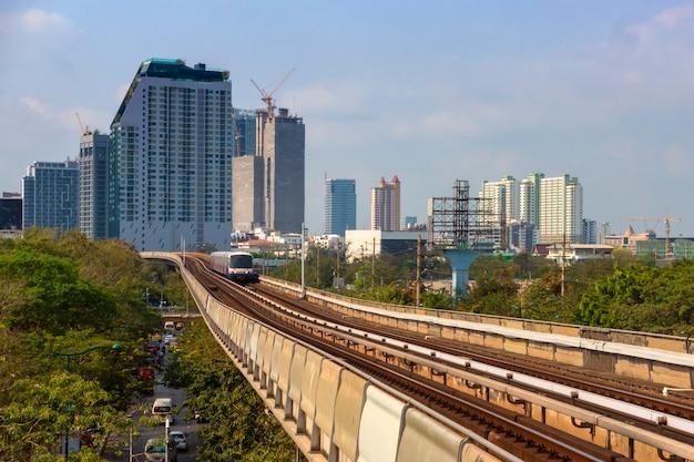 Blick auf bangkok, thailand vom bts skytrain in die innenstadt mit einer stadtlandschaft voller gebäude.