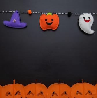 Blick auf baumwoll-halloween-elemente auf einer girlande mit kopierraum.