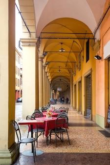 Blick auf bekannte bögen von bologna, italien