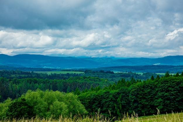 Blick auf beskides berge in niederschlesien im sommer