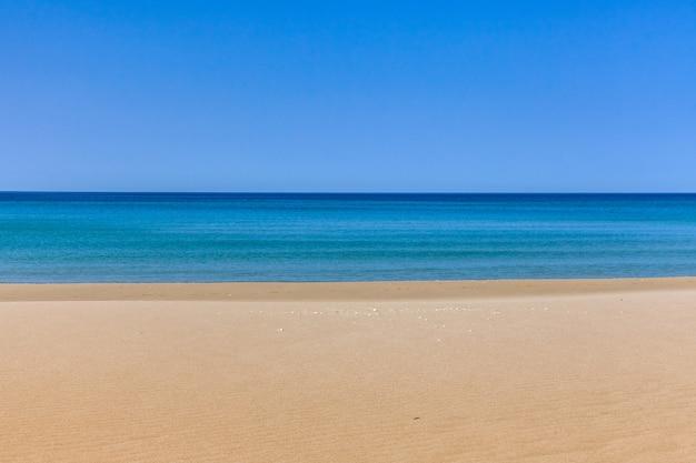 Blick auf blaue meereswellen am sandstrand. horizontlinie. kaspisches meer, sandsteinküste. ustyurt.