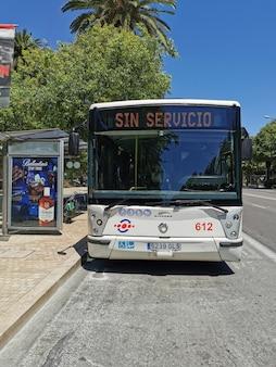 Blick auf bus geschrieben kein service am busschild
