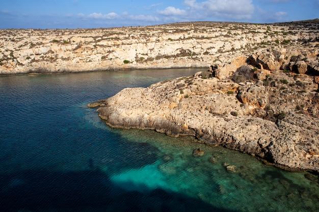 Blick auf cala galera in der sommersaison. lampedusa
