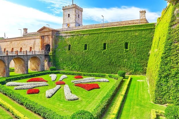Blick auf castillo de montjuic auf dem berg montjuic in barcelona, spanien.