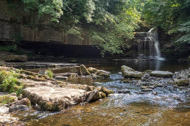 Blick auf cauldron force in west burton im yorkshire dales national park