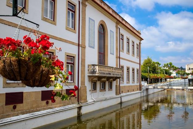 Blick auf chanal und gebäude miranda do corvo, portugal