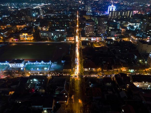 Blick auf chisinau von einer drohne in der nacht, viel beleuchtung und lichtspuren und gebäude, moldawien