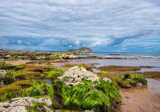 Blick auf craigleith island mit atemberaubenden wolken, north berwick, schottland. nordsee
