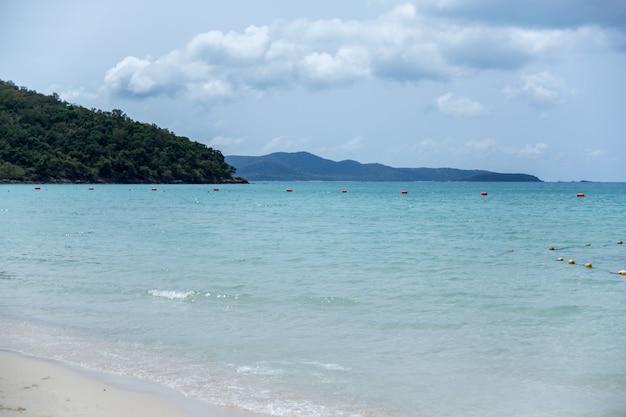 Blick auf das azurblaue meer oder den ozean von den ufern von thailand.