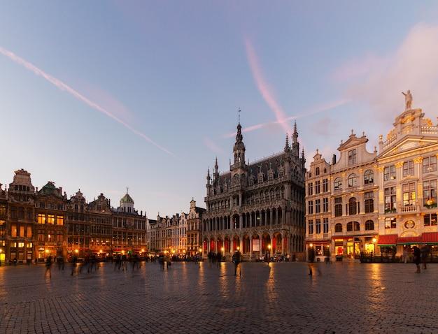 Blick auf das beleuchtete maison du roi und den stadtplatz bei nacht, brüssel, belgien?