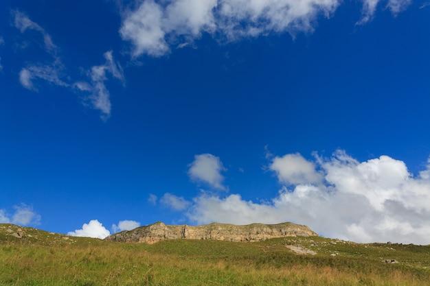 Blick auf das bergplateau in den wolken im sommer im nordkaukasus in russland.
